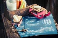 Ретро розвальни подготавливая на зима в деревянной хате Стоковое Изображение