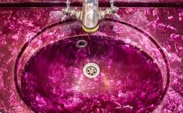 Ретро розовая magenta раковина ванной комнаты Стоковое Изображение RF