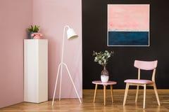 Ретро розовый интерьер живущей комнаты стоковое изображение