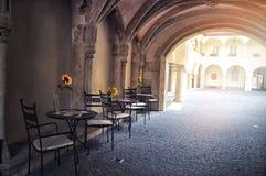 Ретро романтичное кафе в малой улице с солнцецветом на таблице Стоковое Изображение RF