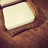 Ретро ротанговое кресло стиля на деревянном поле стоковые фото