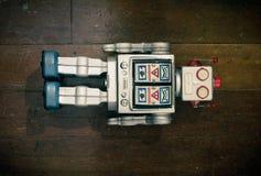 Ретро серебряная игрушка робота лежа на старое деревянном Стоковое Изображение RF