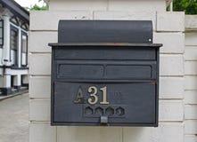 Ретро смотря деревенской внешней почтовый ящик прикрепленный стеной стоковое изображение