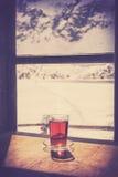 Ретро старое стекло стиля фильма горячего чая на деревянном столе Стоковые Изображения RF