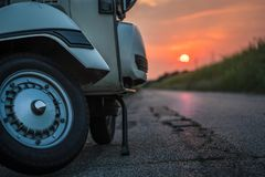 Ретро старый итальянский самокат припаркованный на заходе солнца стоковые изображения rf