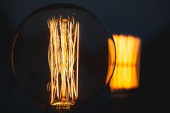 Ретро стилизованная большая лампа вольфрама в темноте стоковая фотография rf
