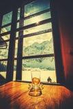 Ретро стилизованное пустое стекло чая с сжиманным куском лимона Стоковые Фотографии RF