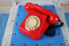 Ретро стиль: Телефоны - красный ретро телефон Стоковые Изображения RF