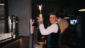 Ретро тематическая вечеринка - идти молодого человека сопровоженный 2 женщинами в гениальных одеждах - удержание огромной бутылки акции видеоматериалы