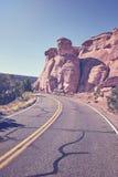 Ретро тонизированная сценарная дорога, предпосылка концепции перемещения, Колорадо, США стоковое изображение rf