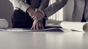 Ретро тонизированное изображение бизнесмена тряся руки с его женским b Стоковые Фото
