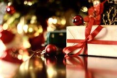 Ретро тонизированный шарик рождества подарка Стоковые Фотографии RF