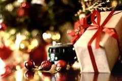 Ретро тонизированный шарик рождества подарка Стоковая Фотография RF