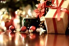 Ретро тонизированный шарик рождества подарка Стоковые Фото