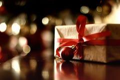 Ретро тонизированный шарик рождества подарка Стоковое Изображение