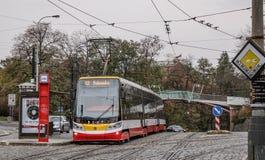 Ретро трамвай на улице Праги, Чехия стоковое изображение