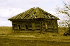 Ретро упорный деревянный дом в дезертированное Стоковые Изображения