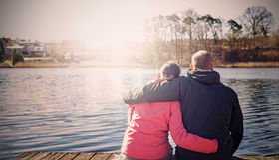 Ретро фильтрованное фото пары сидя на пристани Стоковые Фото
