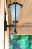 Ретро фонарик установленный на деревянном интерьере Стоковая Фотография RF