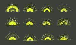 Ретро формы взрыва Солнця Винтажный логотип, ярлыки, значки Des вектора Стоковые Фотографии RF