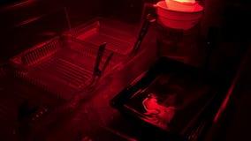 Ретро фото печати в darkroom Darkroom для того чтобы начать фильм и создать фото используя различные химикаты Фото засыхания акции видеоматериалы