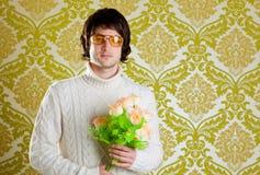 Ретро цветки valentines удерживания человека вальмы стоковые фото