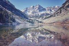 Ретро цвет тонизировал Maroon ландшафт озера горы колоколов, США Стоковое Фото