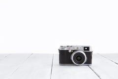 Ретро цифровой фотокамера стиля на деревянной предпосылке Стоковое Фото