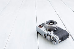 Ретро цифровой фотокамера стиля на деревянной предпосылке Стоковые Фотографии RF