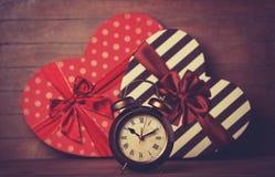 Ретро часы и подарок Стоковые Фотографии RF