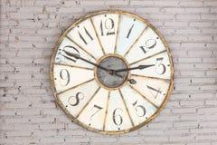 Ретро часы на стене Стоковые Фотографии RF