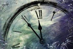 Ретро часы с 5 минутами перед 12 стоковое фото rf