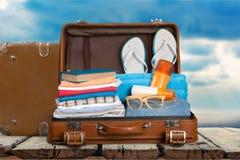 Ретро чемодан с объектами перемещения на небе Стоковые Изображения