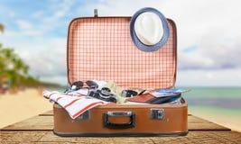 Ретро чемодан с объектами перемещения на пляже Стоковая Фотография RF