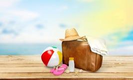 Ретро чемодан с объектами перемещения на пляже Стоковая Фотография