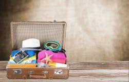 Ретро чемодан с объектами перемещения на пляже Стоковое Изображение RF