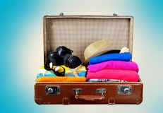 Ретро чемодан с объектами перемещения на пляже Стоковые Фото