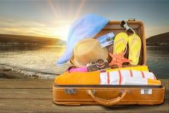 Ретро чемодан с объектами перемещения на предпосылке Стоковое Изображение RF