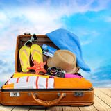 Ретро чемодан с объектами перемещения на предпосылке Стоковая Фотография