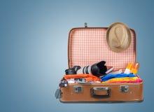 Ретро чемодан с объектами перемещения на предпосылке Стоковое Изображение