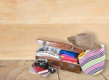 Ретро чемодан с объектами перемещения на предпосылке Стоковое фото RF