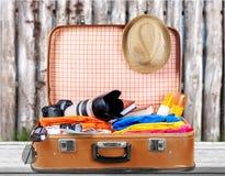 Ретро чемодан с объектами перемещения на предпосылке Стоковая Фотография RF