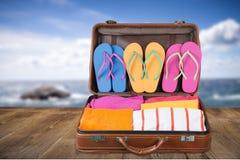 Ретро чемодан с объектами перемещения на предпосылке Стоковые Изображения RF
