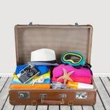 Ретро чемодан с объектами перемещения на свете Стоковая Фотография RF