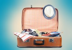 Ретро чемодан с объектами перемещения на свете Стоковое Изображение RF