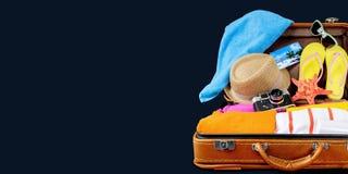 Ретро чемодан с объектами перемещения на темноте Стоковая Фотография