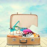 Ретро чемодан с перемещением возражает, взгляд конца-вверх Стоковые Изображения RF