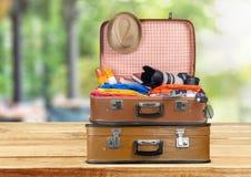 Ретро чемодан с перемещением возражает на деревянной доске Стоковое Изображение RF