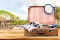 Ретро чемодан с перемещением возражает на деревянной доске Стоковая Фотография RF