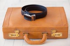 Ретро чемодан на поле Стоковые Изображения RF